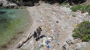 Sean Willmore, Predsjednik međunarodnog udruženja čuvara prirode, se čudi količini doplutalog otpada na plažama otoka