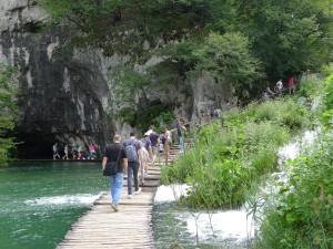 Posjetitelji Parka na drvenoj stazi Donjih jezera