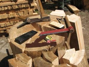 Materijal i neki od alata za izradu drvene šindre: sjekire, vagače, klinovi