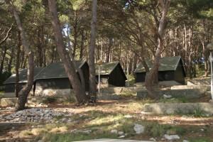Zajedničke spavaonice u uvali Mir u Parku - pogled izvana