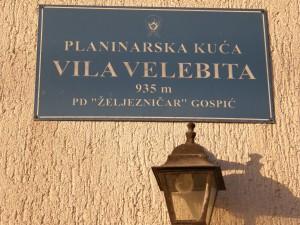 Tabla s nazivom i podatkom o nadmorskoj visini na kojoj se nalazi kuća (935 m)