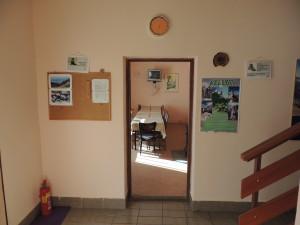 Pogled na hodnik i dnevni boravak/blagovaonicu